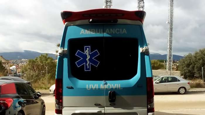 Rotulacion de vehiculos con vinilo de corte a un color proyecto Ambulancia Iveco 03